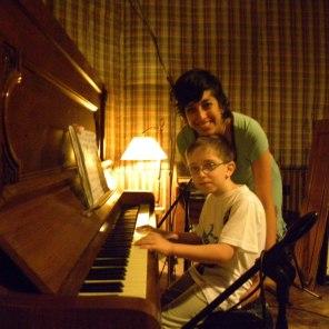 """La Prof. Salua Gavilanes con Valentín Dawidson, intérprete del CD """"Taller Musichicos en el Estudio de Grabación"""""""